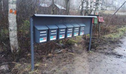 Tumma postilaatikkoteline